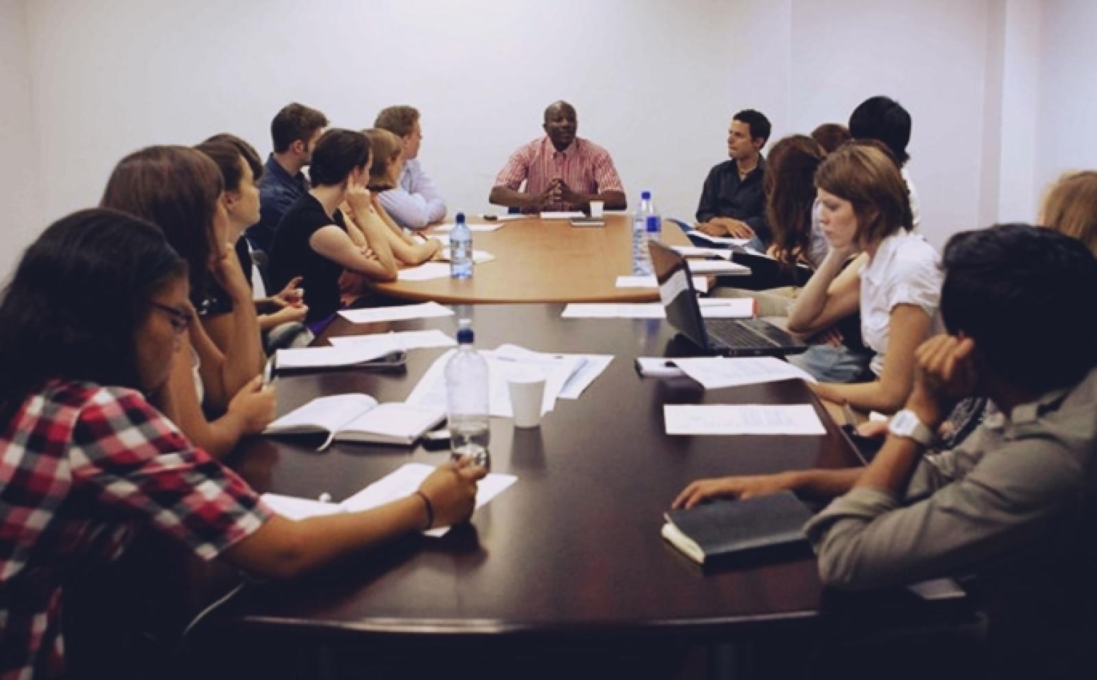 南アフリカ共和国でミーティング中の法律&人権インターン岡野直幸さん